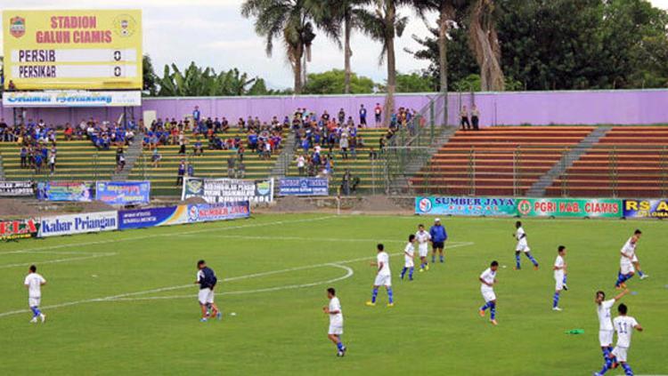 Skuat Persib Bandung saat melakukan pemanasan di Stadion Galuh, Kabupaten Ciamis. Copyright: simamaung.com