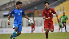 Indosport - Penyerang Timnas Singapura Taufik Suparno (kiri) saat melawan Laos.