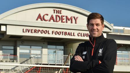 Steven Gerrard menjadi pelatih U-18 Liverpool. - INDOSPORT