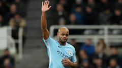 Indosport - Kapten tim Man City, Vincent Kompany melambaikan tangan kepada fans saat digantikan karena alami cedera.