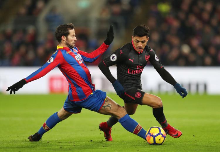 Alexis Sanchez dikawal pemain bertahan Palace. Copyright: Getty Images