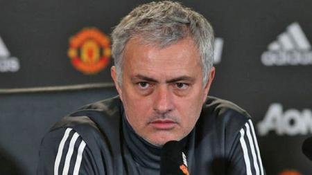 Jose Mourinho saat konferensi pers. - INDOSPORT