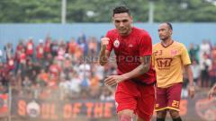 Indosport - Selebrasi marquee player Persija Jakarta, Jaimerson da Silva Xavier usai mencetak gol pertama ke gawang Persika.