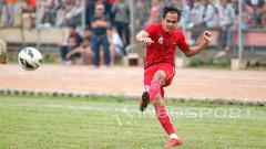 Indosport - Rezaldi Hehanusa melakukan umpan silang