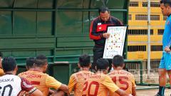 Indosport - Ricky Nelson memberi arahan kepada pemain