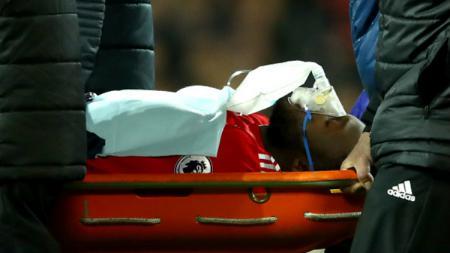 Romelu Lukaku saat ditandu keluar dan mengenakan masker oksigen usai terbentuk di kepala bagian belakang. - INDOSPORT