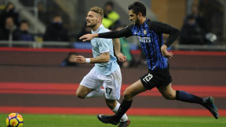 Ciro Immobile berusaha lepas dari penjagaan Ranocchia - INDOSPORT
