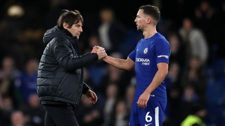 Pelatih Chelsea, Antonio Conte berjabat tangan dengan Danny Drinkwater. - INDOSPORT