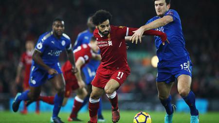 Harry Maguire (kanan) berusaha menggagalkan aksi Mohamed Salah. - INDOSPORT