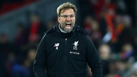 Pelatih Liverpool, Jurgen Klopp saat memberikan instruksi dari luar lapangan. - INDOSPORT
