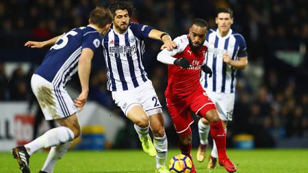 Alexander Lacazette sedang berusaha melindungi bola. - INDOSPORT