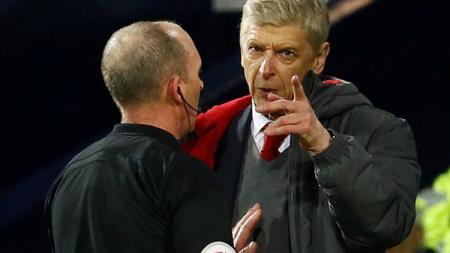 Arsene Wenger saat protes keputusan wasit. - INDOSPORT