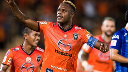 Victor Igbonefo saat bermain di Nakhonratchasima Mazda FC. - INDOSPORT