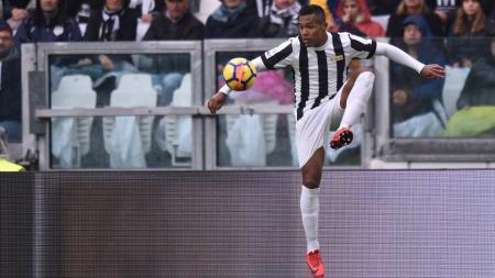Bek Juventus, Alex Sandro, menjadi incaran Manchester United pada bursa transfer musim panas 2018. - INDOSPORT