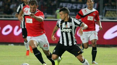 Reinaldo Lobo (kiri) saat berhadapan dengan Sebastian Giovinco (kanan). - INDOSPORT