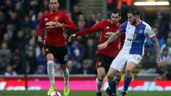 Indosport - Danny Guthrie (kanan) berduel dengan pemain Manchester United, Henrikh Mkhitaryan.
