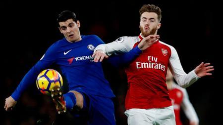 Calum Chambers (kanan) sedang berebut bola dengan pemain Chelsea, Alvaro Morata. - INDOSPORT