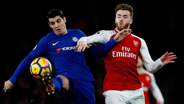 Alvaro Morata (kiri) sedang berebut bola dengan pemain Arsenal Calum Chambers. Copyright: INDOSPORT