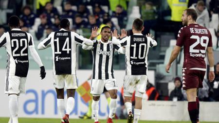 Dauglas Costa merayakan gol bersama rekan satu timnya. - INDOSPORT