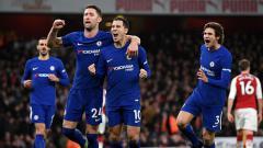 Indosport - Eden Hazard (tengah) sedang melakukan selebrasi dengan rekan setimnya.