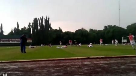Petir di Latihan PS TNI. - INDOSPORT