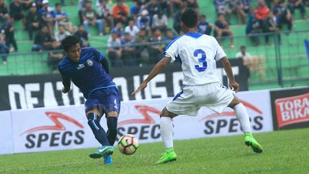 Dedik Setiawan berusaha mengatasi penjagaan pemain PSIS di pertandingan uji coba sebelumnya. - INDOSPORT