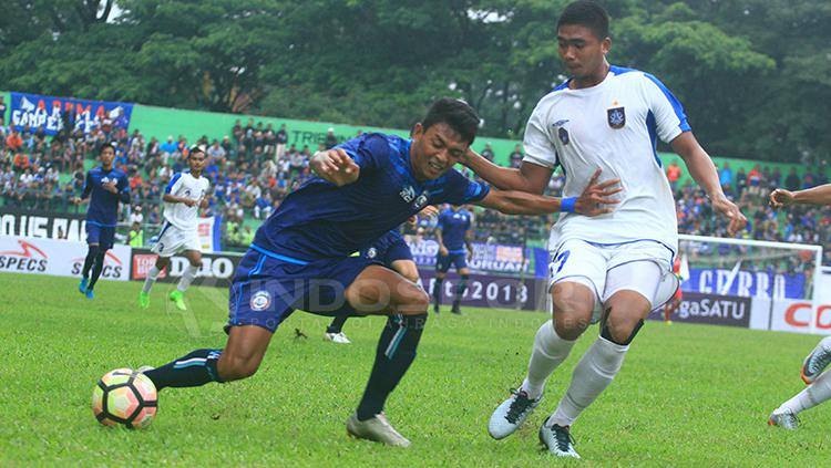 Syaiful Indra Cahya berupaya melewati hadangan Komarudin. Copyright: Ian Setiawan/INDOSPORT