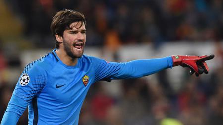 Alisson Becker saat mengawal gawang AS Roma. - INDOSPORT
