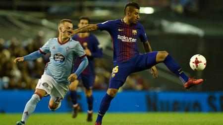 Paulinho (kanan) mencoba mengamankan bola dari pemain Celta VIgo. - INDOSPORT