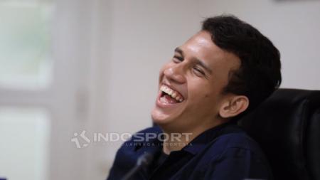 Egy Mualana Vikri terlihat tertawan di sela-sela pertemuannya dengan Menpora, Imam Nahrawi. - INDOSPORT