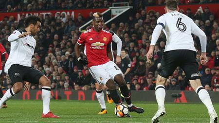 Paul Pogba berusaha untuk keluar dari hadangan para pemain Derby County - INDOSPORT