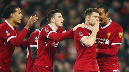James Milner sedang merayakan golnya bersama rekan satu tim. - INDOSPORT