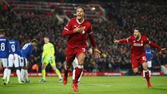 Indosport - Virgil van Dijk usai merayakan gol debutnya bersama Liverpool