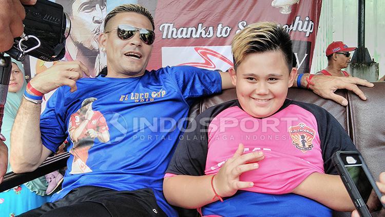 Cristian Gonzales dan Anaknya di El Loco Cup Copyright: Ian Setiawan/INDOSPORT