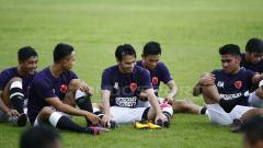 Indosport - Penggawa PSM Makassar duduk santai sambil berbincang.