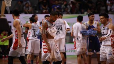 Pemain Stapac Jakarta, Dominique Williams (tengah) terlihat kecewa usai tim nya dikalahkan Satria Muda. (Herry Ibrahim) - INDOSPORT