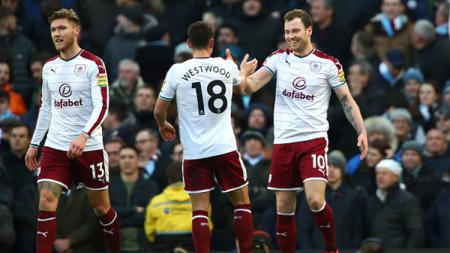 Ashley Barnes (kanan) berhasil mencetak gol ke gawang Manchester City - INDOSPORT