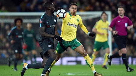 Antonio Rudiger (kiri) berebut bola dengan pemain Norwich City. - INDOSPORT