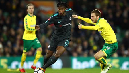 Michy Batshuayi (kiri) mencoba melewati pemain Norwich City. - INDOSPORT