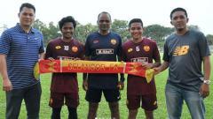 Indosport - Evan Dimas dan Ilham Udim bersama pelatih Malaysia, P Maniam (tengah)