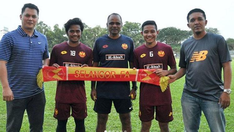 Evan Dimas dan Ilham Udim bersama pelatih Malaysia, P Maniam (tengah) Copyright: instagram@faselangormy