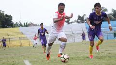 Indosport - Wawan Febrianto (kiri) berusaha akan mengeksekusi bola.