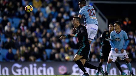 Cristiano Ronaldo saat berduel udara di laga melawan Celta Vigo. - INDOSPORT