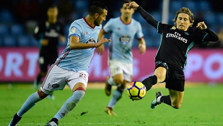 Luka Modric menerjang bola. Copyright: INDOSPORT