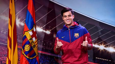 Coutinho berpose di sisi Bendera Barcelona. - INDOSPORT