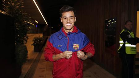 Philippe Coutinho menunjukan jersey Barcelona kepada awak media yang ia pakai. - INDOSPORT