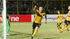Indosport - Aaron Evans selebrasi usai cetak gol.