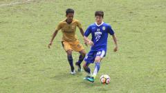 Indosport - Oh In-kyun (biru) mengontrol bola pada laga melawan Persib U-19.