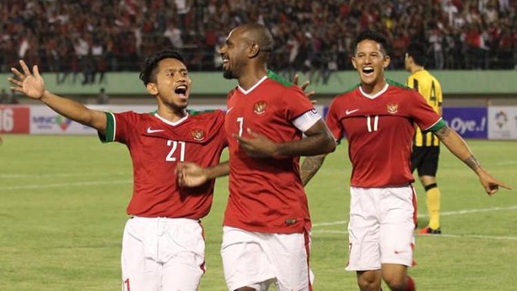 Kapten timnas Indonesia, Boaz Salosa (tengah) merayakan gol ke gawang Malaysia bersama Andik Vermansah (kiri) dan Irfan Bachdim di Stadion Manahan, Solo, Selasa (6/9/2016). Copyright: Twitter/@PSSI_FAI