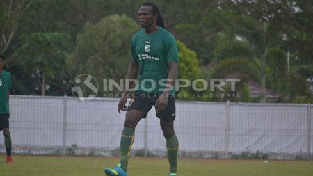 Mohammadou Al Hadji disebut akan segera menjadi pemain baru Borneo FC. - INDOSPORT